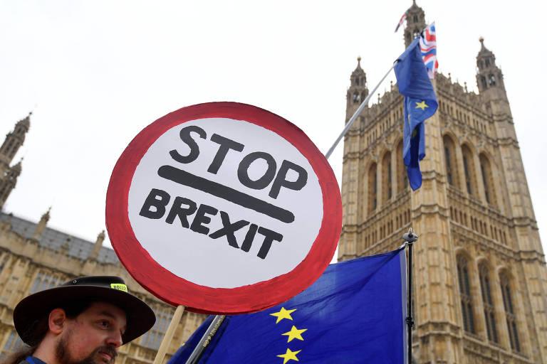 Manifestante anti-'brexit' em frente ao Parlamento britânico em Londres, nesta segunda-feira (10)