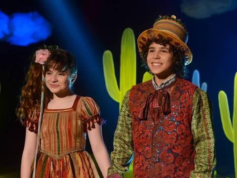 Poliana e Joao se apresentam no teatro