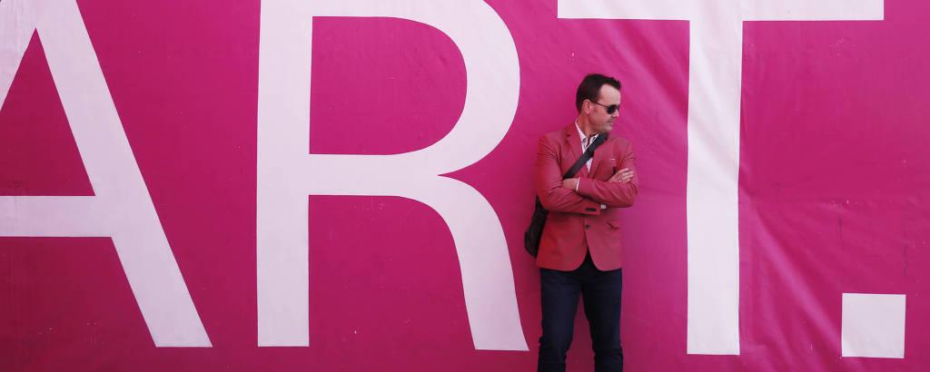 Um visitante da feira de arte Untitled, uma das várias que ocorrem em Miami no início de dezembro