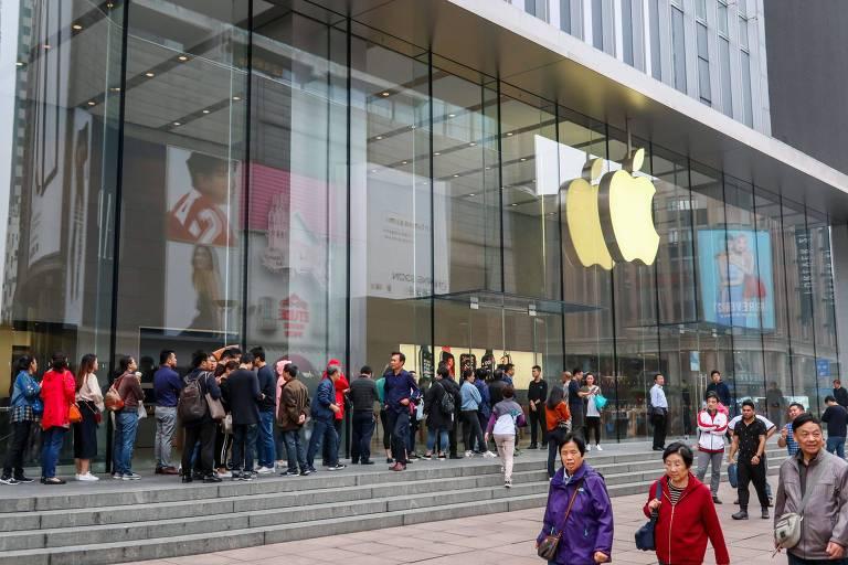 Consumidores chineses em loja da Apple em Xangai; empresa pretende lançar sucessor do XR este ano