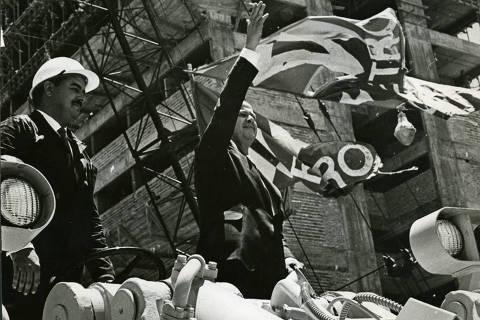 SÃO PAULO, SP, BRASIL, 14-12-1968: Sobre um trator, o prefeito José Vicente de Faria Lima acena para o povo, nas comemorações do início das obras do metrô, em São Paulo (SP). (Foto: Folhapress)