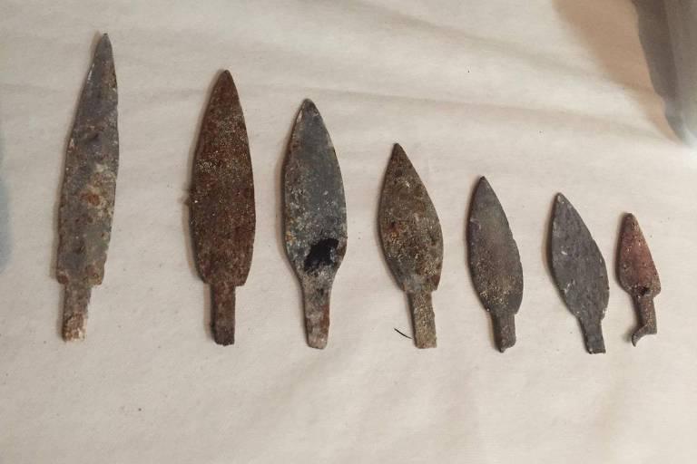 Pontas de lança de metal feitas por indígenas e encontradas sob os escombros do museu