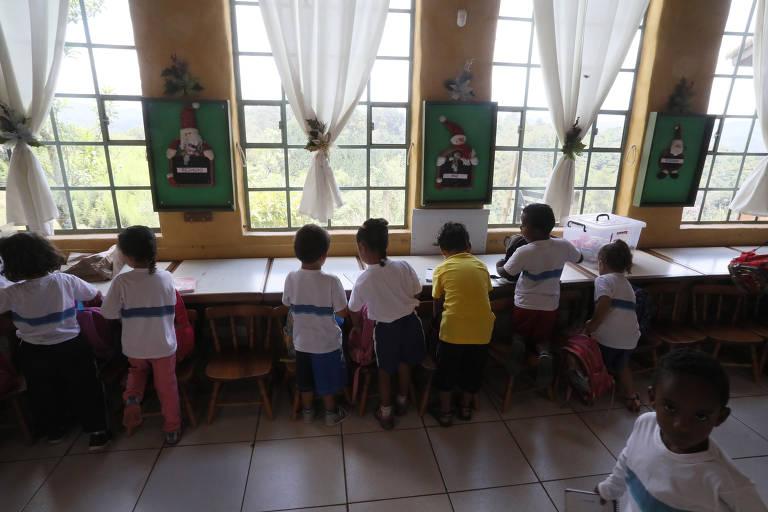 Casal monta escola com mais de 100 crianças que estudam e comem sem pagar