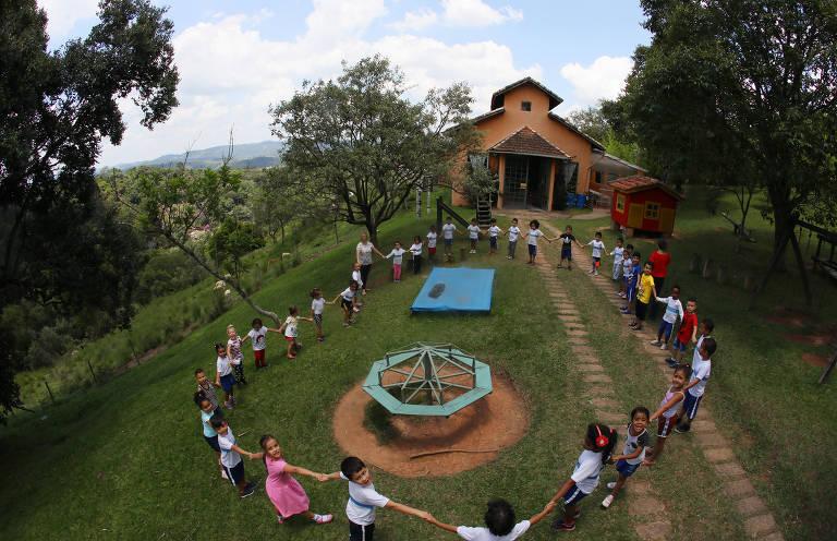 Pré-escola criada num sítio de Itapevi há 18 anos pelo casal de professores Stela Grisotti e Rudi Bohm