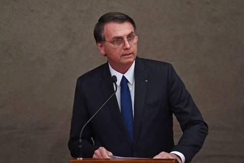 Bolsonaro pede disciplina e critica 'ideologia de gênero' em entrega de colégio da PM