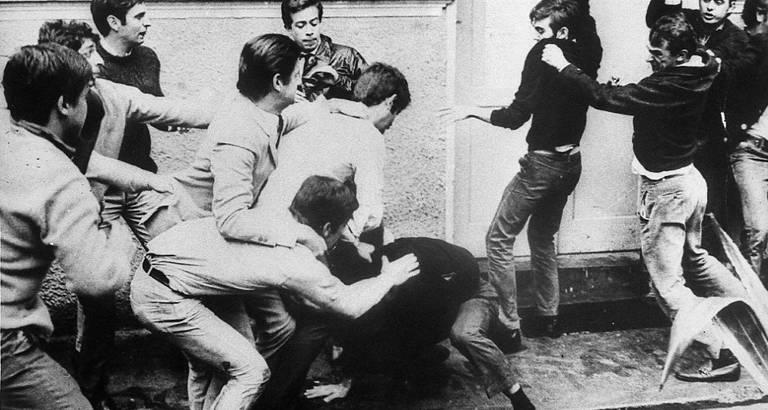 Estudantes brigam e entram em conflito nas ruas