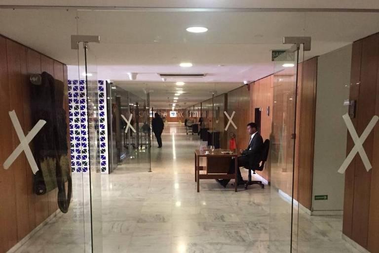 Portas de vidro instaladas no quarto andar do Palácio do Planalto, em Brasília. Acesso aos gabinetes no local será restrito a servidores com crachás autorizados