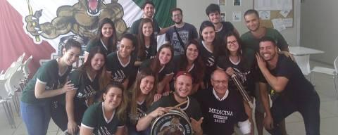 O ex-presidenciável Geraldo Alckmin (PSDB) dá aula de medicina na Uninove, em Bauru (SP), onde foi recebido com bateria dos alunos e vestiu camisa do curso