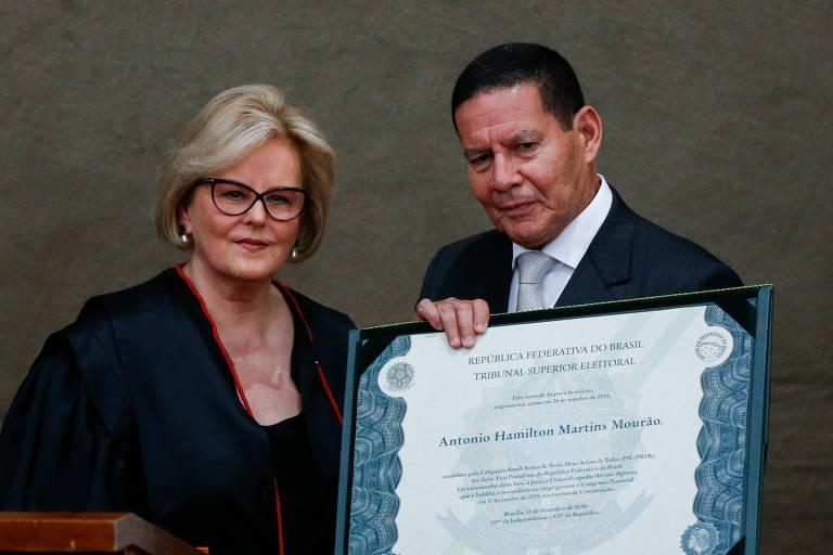 O vice-presidente eleito, Hamilton Mourão (PRTB), recebe das mãos da ministra Rosa Weber, do STF, o diploma que atesta a vitória nas urnas e o mandato de quatro anos.