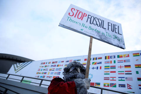 Environmental activist protests against fossil fuel in front of the the venue of the COP24 UN Climate Change Conference 2018 in Katowice, Poland December 10, 2018. Agencja Gazeta/Grzegorz Celejewski via REUTERS ATTENTION EDITORS - THIS IMAGE WAS PROVIDED BY A THIRD PARTY. POLAND OUT. ORG XMIT: KAT01