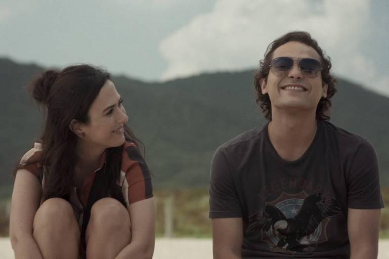 """Rita (Tatá Werneck) e Enzo (Eduardo Sterblitch) mostram como um casal """"bugado"""" encara um mundo de realidades distorcidas"""