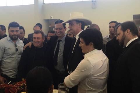 Bolsonaro participa de almoço com cantores sertanejos em Brasília