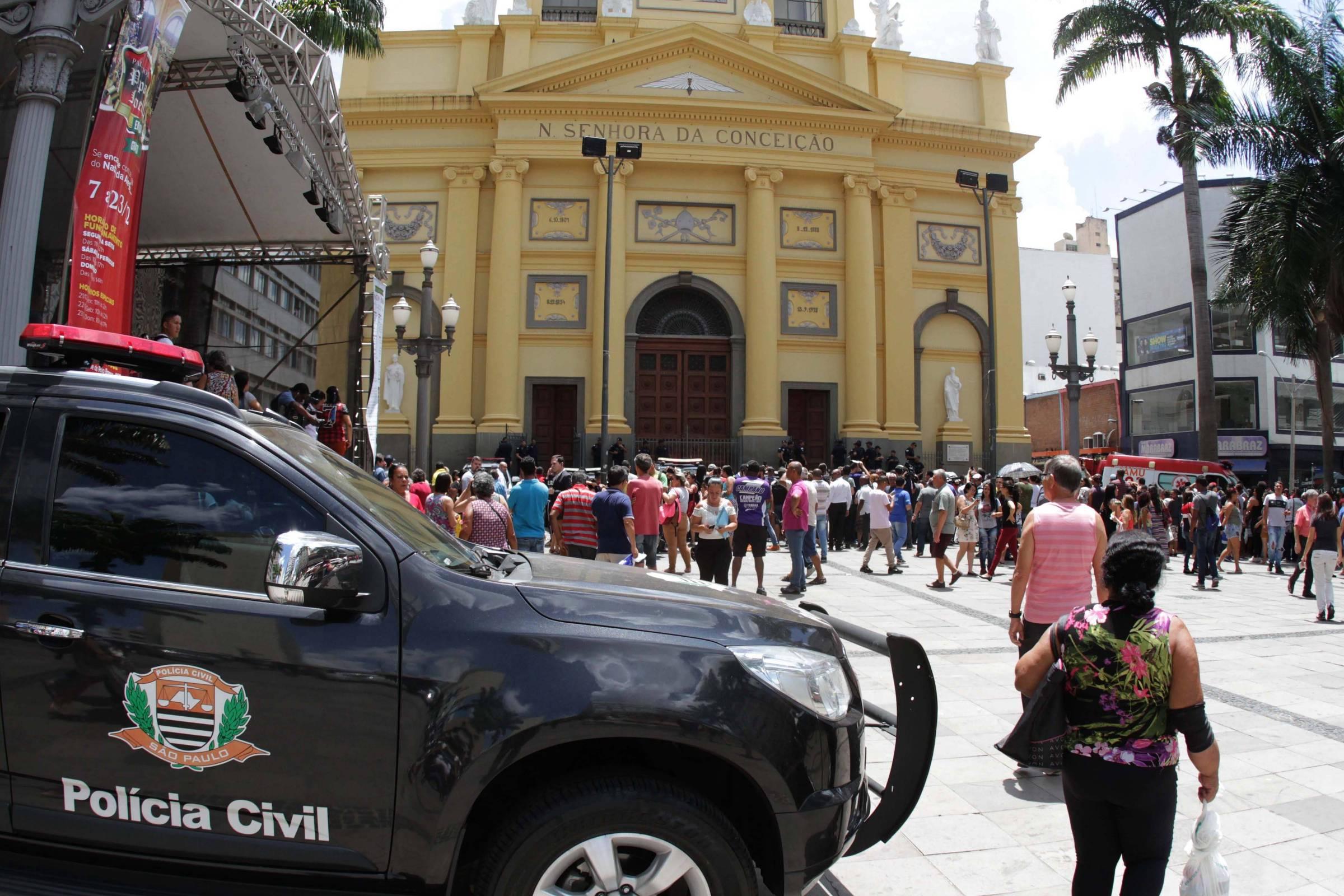Também ferida na catedral, mãe acompanha enterro de filho dentro de ambulância