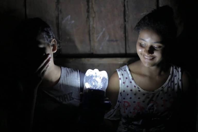 Ação levou 600 lampiões sustentáveis a mais de 50 comunidades ribeirinhas no interior do Amazonas