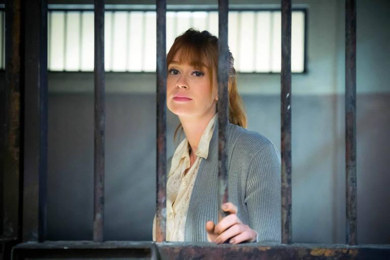 Luz (Marina Ruy Barbosa) presa por roubo de colar de Valentina