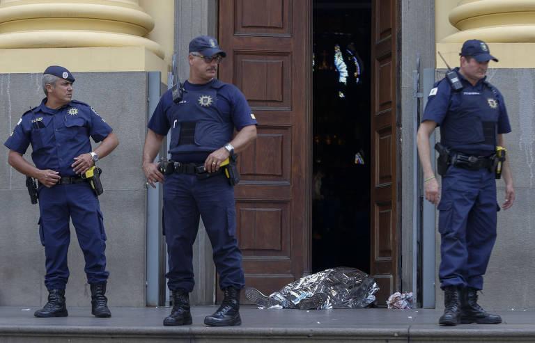 Atirador mata fiéis em catedral de Campinas (SP)