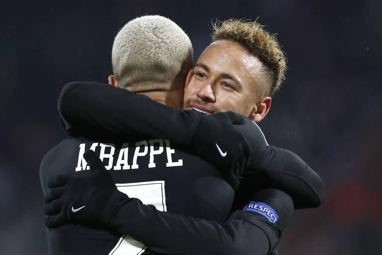 Neymar e Mbappé se abraçam após o quarto gol do PSG sobre o Estrela Vermelha, na Champions League\
