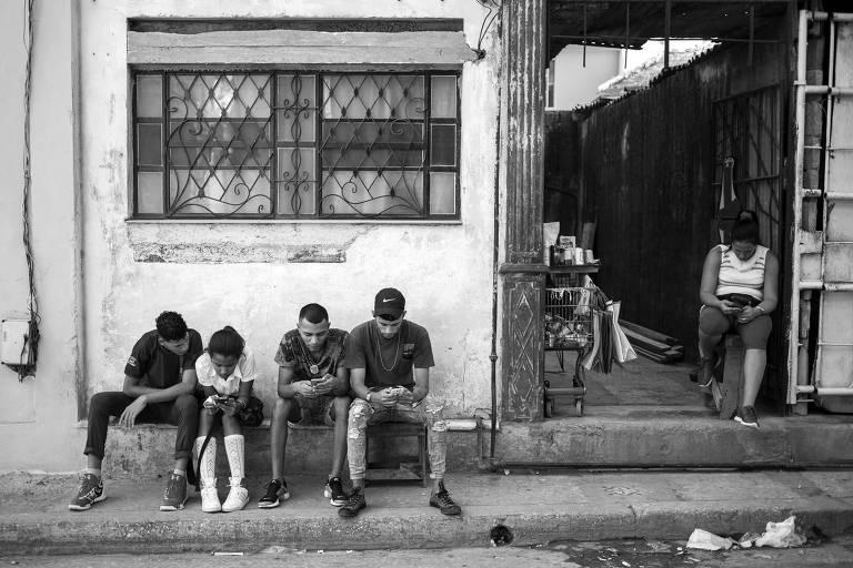 Cubanos usam celulares para acessar à internet em Havana