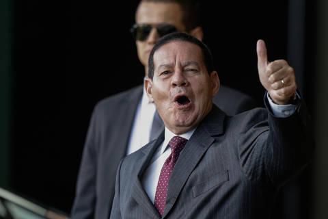 'Vira a página', diz Mourão ao ser questionado sobre críticas de Carlos Bolsonaro