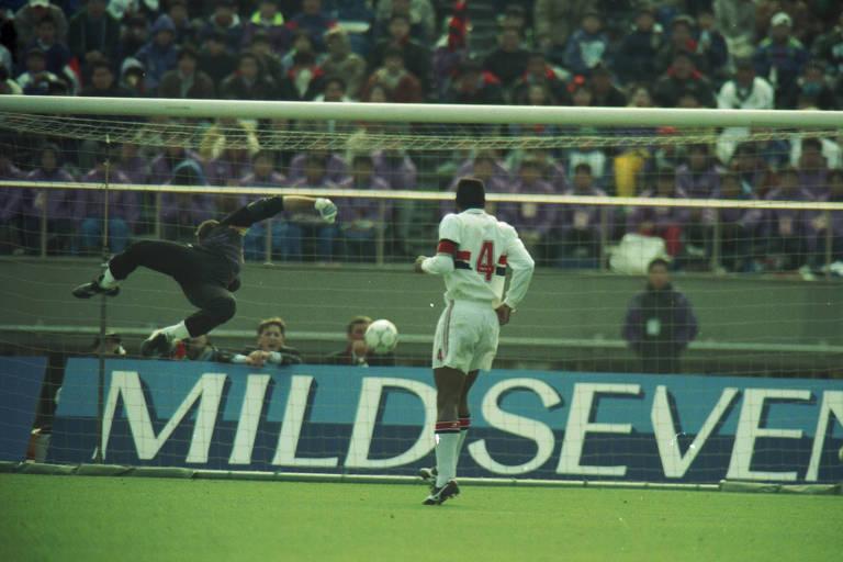 Momento em que bola rebate do travessão e volta na direção de Zetti, na partida contra o Milan no Mundial de Clubes de 1993.