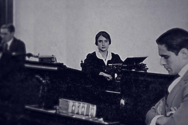 Maria José Rebello, primeira mulher diplomata, na prova de admissão para o Itamaraty em 1918