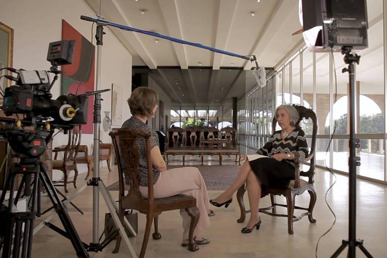 """A embaixadora Irene Vida Gala, que entrou para o Itamaraty em 1985, durante entrevista para o documentário  """"Exteriores - Mulheres Brasileiras na Diplomacia"""""""