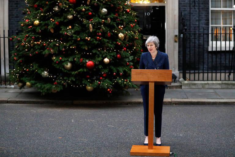 Theresa May discursa na frente de sua residência em Londres após o voto de desconfiança ser confirmado