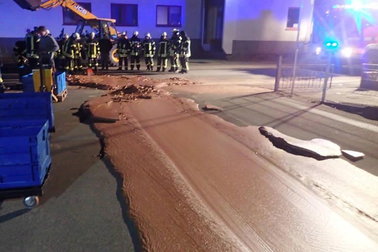 Chocolate derramado em uma via em Werl, na Alemanha