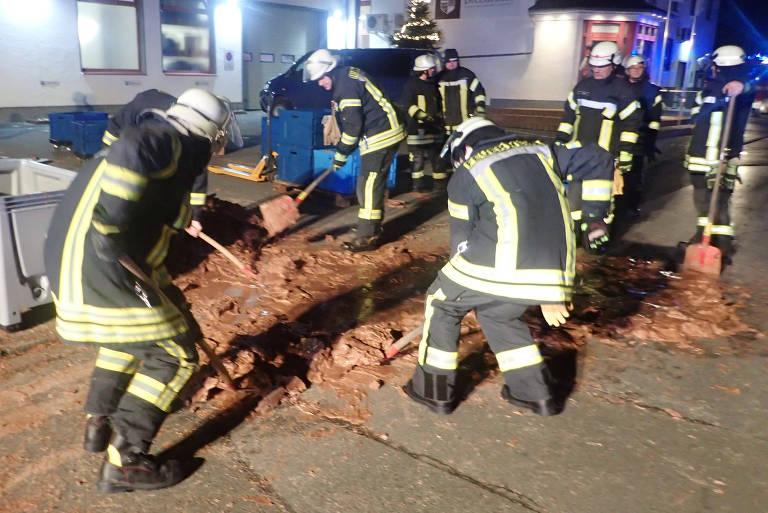 Cerca de 25 bombeiros retiraram o chocolate sólido da rua, usando pás e água quente