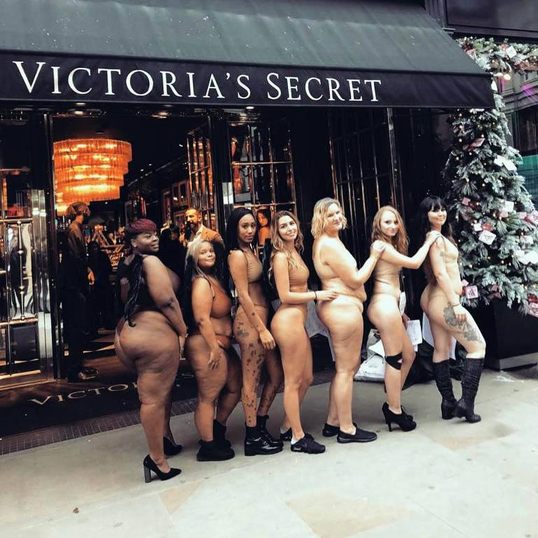 Mulheres tiram a roupa em frente a uma loja da Victoria's Secret