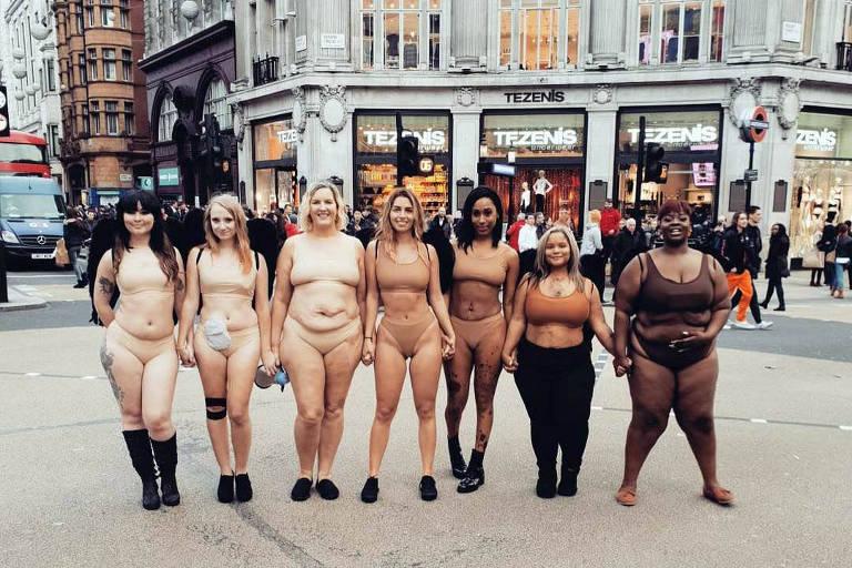 Mulheres tiram a roupa em frente a loja da Victoria's Secret