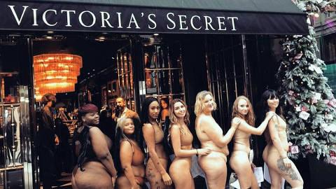 Mulheres tiram a roupa em frente a uma loja da Victoria's Secret em protesto por diversidade de corpos