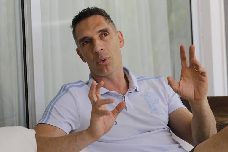 O goleiro Fernando Prass, do Palmeiras, concede entrevista em sua casa