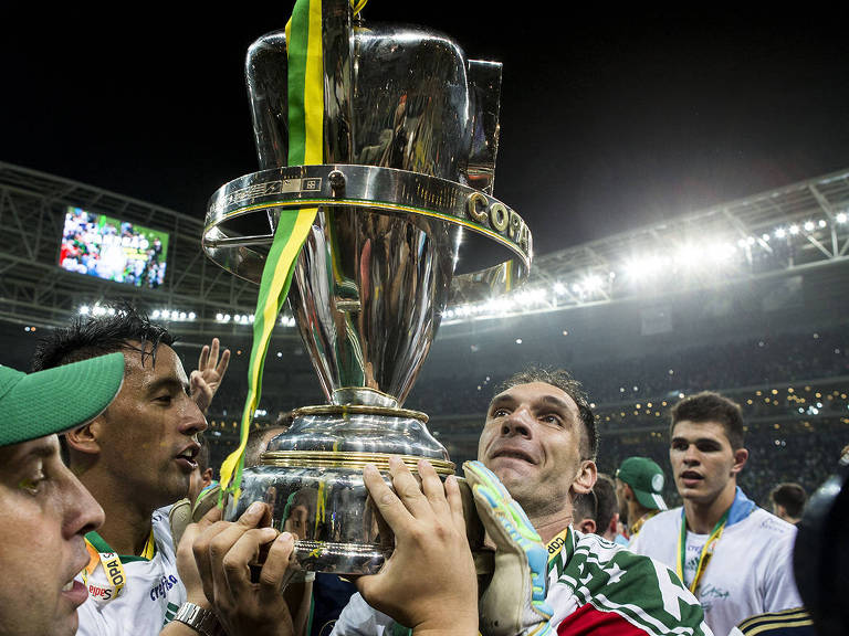 Fernando Prass segura o troféu da Copa do Brasil de 2015