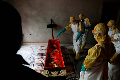 REFILE - REMOVING NAME A healthcare worker sprays a room during a funeral of a person who is suspected of dying of Ebola in Beni, North Kivu Province of Democratic Republic of Congo, December 9, 2018.   REUTERS/Goran Tomasevic ORG XMIT: FFF-GOT09