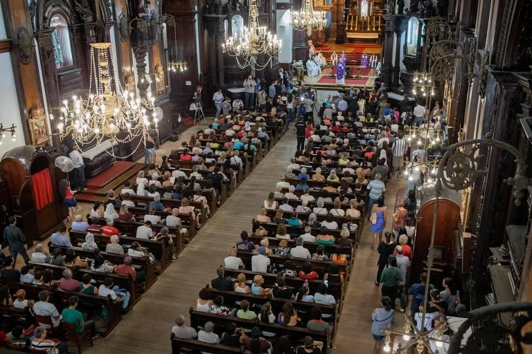 7451370d64 Fiéis durante missa em homenagem às vitimas de ataque a tiros em catedral  de Campinas (