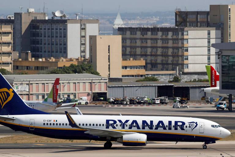 Avião da Ryanair no aeroporto de Lisboa, em Portugal