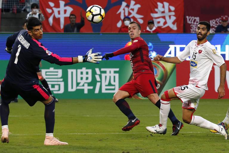 Serginho (de vermelho) chuta para marcar um dos gols do Kashima na final da Champions asiática