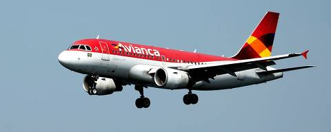 (FILES) In this file photo taken on August 19, 2015 an Avianca airliner prepares to land in the Santos Dumont airport (not framed) as sailing boats compete in the International Sailing Regatta in the Guanabara Bay in Rio de Janeiro, Brazil. - Avianca Brazil, overwhelmed by debts, recoursed to the bankruptcy law on December 11, 2018, the Court of Justice of the state of Sao Paulo reported. (Photo by VANDERLEI ALMEIDA / AFP) ORG XMIT: VAN971
