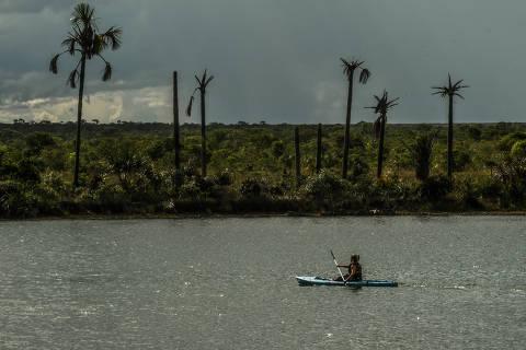 BAHIA- MINAS GERAIS- GOIÁS / BRASIL - 17/11/18 - :00h - POUSADA TRIJUNÇÃO. Passeio de caiaque pela lagoa onde está a nascente do Rio Formoso.  ( Foto: Karime Xavier / Folhapress) . ***EXCLUSIVO***TURISMO