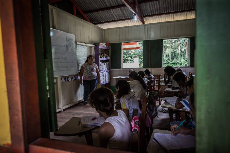 Professora da aula em escola na cidade de Bujari, no interior do Acre
