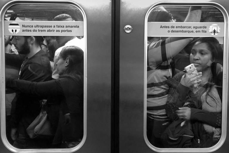 Passageiros na linha 3-vermelha, do metrô