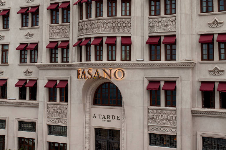 """Fachada de prédio com letreiro escrito """"Fasano"""""""