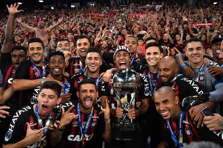 Jogadores do  Athletico-PR com o troféu de campeão da Copa Sul-Americana