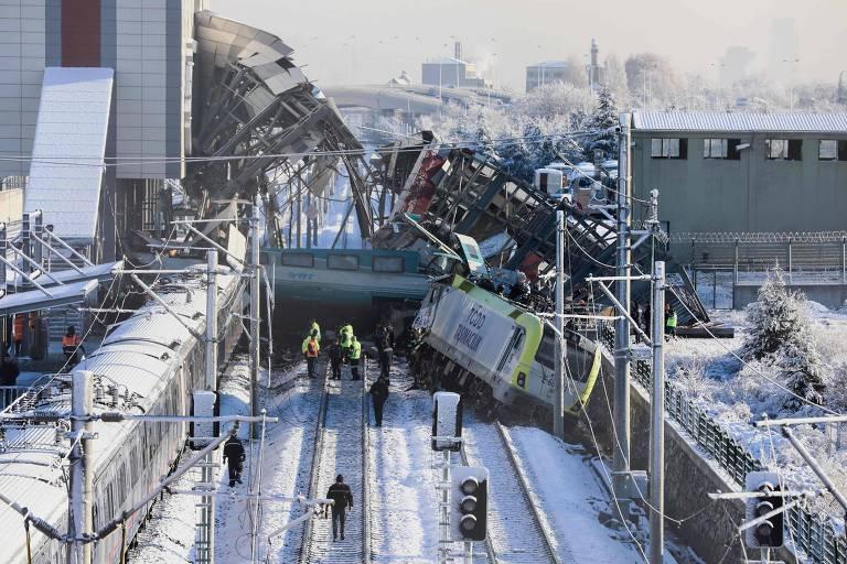 Equipes de resgate trabalham em busca de vítimas nos destroços da colisão entre um trem e uma locomotiva na estação próxima a Ancara