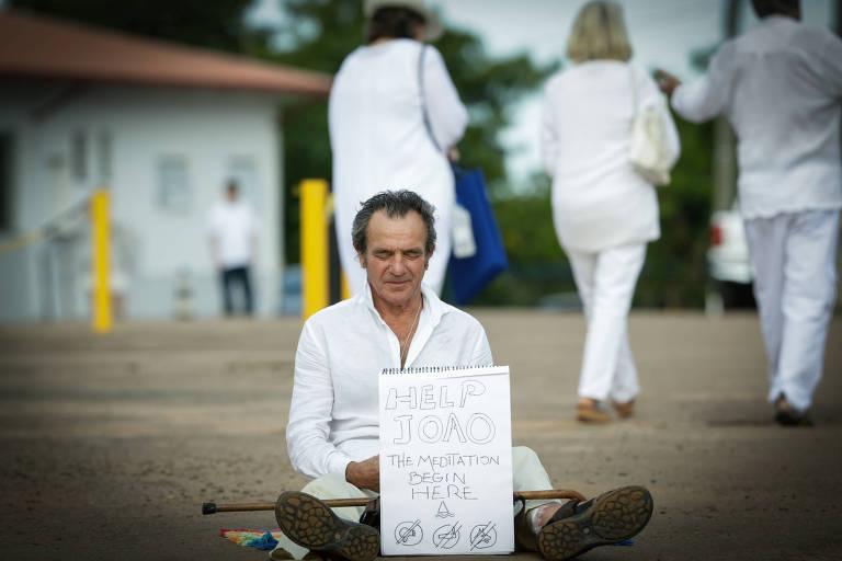 Seguidor do médium João de Deus faz protesto solitário em frente à casa dom Inácio de Loyola, em Abadiânia