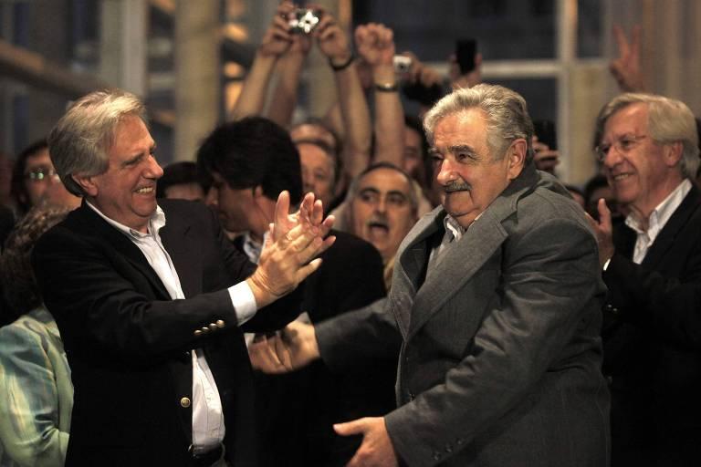 O então presidente do Uruguai Tabaré Vásquez (esq.), comemora a vitória do correligionário José Mujica para sucedê-lo na eleição de 2009