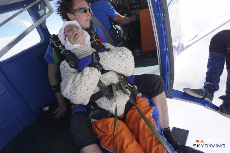 Mulher de 102 anos se torna a mais velha paraquedista do mundo