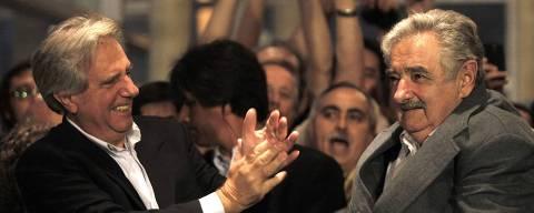 ORG XMIT: 251101_0.tif O presidente do Uruguai, Tabaré Vasquez (à esq.), aplaude o presidente eleito, José Mujica, após a vitória nas eleições presidenciais uruguaias, em Montevidéu, (Uruguai).  ***  Uruguay's President Tabare Vazquez (L) congratulates Jose Mujica (2nd R), a former leftist guerrilla fighter, for winning to the presidential run-off election in Montevideo November 29, 2009. The campaign of center-right candidate Luis Lacalle conceded in Uruguay's presidential run-off election on Sunday, clearing the way for former guerrilla fighter Mujica to be declared the winner. REUTERS/Pablo La Rosa (URUGUAY POLITICS ELECTIONS IMAGES OF THE DAY)