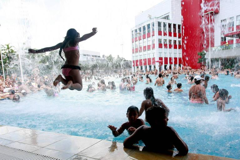 Banhistas se refrescam em piscina lotada, no Sesc Belenzinho, em São Paulo (SP)